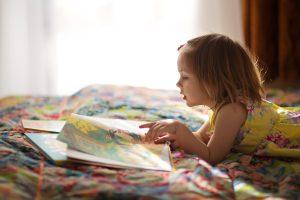 Devojčica čita knjigu